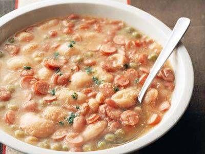 牧野 哲大さんの青えんどう豆を使った「豆とソーセージのスープ」のレシピページです。豆とソーセージの組み合わせのスープは、ヨーロッパの寒い地方にみられる「おふくろの味」。心も体も温まります。 材料: 青えんどう豆、金時豆、白いんげん豆、たまねぎ、ウインナーソーセージ、ベーコン、固形スープの素、パセリ、塩、こしょう