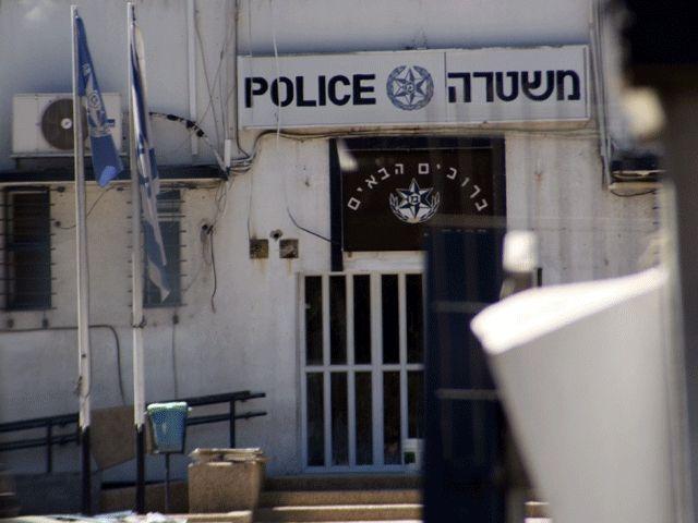 Подросток задержан по подозрению в сексуальных преступлениях в отношении детей http://kleinburd.ru/news/podrostok-zaderzhan-po-podozreniyu-v-seksualnyx-prestupleniyax-v-otnoshenii-detej/  Полиция задержала 14-летнего подростка, жителя центрального района Израиля, по подозрению в сексуальных преступлениях в отношении детей. Согласно материалам следствия, подозреваемый совершил инкриминируемые ему действия в Бейт-Шемеше, куда приехал навестить родственников. Потерпевшие, трое детей в возрасте…