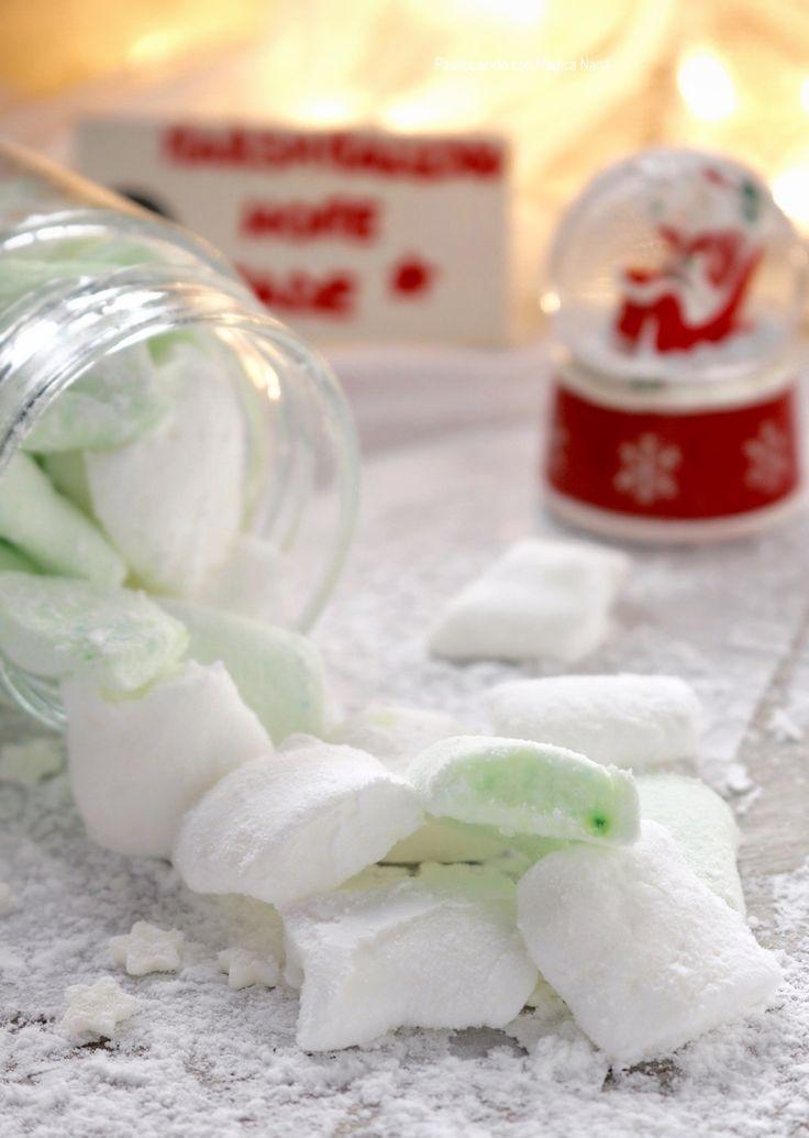 """I """" Marshmallows """" o chiamati in Italia anche """"cotone dolce"""", sono delle caramelle aromatizzate e dalla forma varia, possono essere a cilindretti, a palline o a forma di treccine, sono bianchi o dai colori pastello, morbidissimi e golosissimi  Per la ricetta -> http://blog.giallozafferano.it/sognandoincucina/marshmallow-home-made-ricetta-dolce/"""