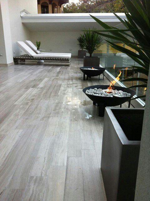 Foto: ¿Manchas de pintura en tu piso de madera? Si tienes el suelo de madera y te han caído gotas de pintura rocialas con el producto de limpieza que uses para tu horno.
