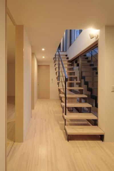 専門家:牧野嶋彩子が手掛けた、オープン型階段のある明るい廊下(家事となかよしになるいえ)の詳細ページ。新築戸建、リフォーム、リノベーションの事例多数、SUVACO(スバコ)