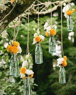 Linda ideia que encontrei no @assessoriaprecasamento: Garrafinhas com flores penduradas em árvores em pontos estratégicos do local do seu casamento.  . *Foto: Style Me Pretty