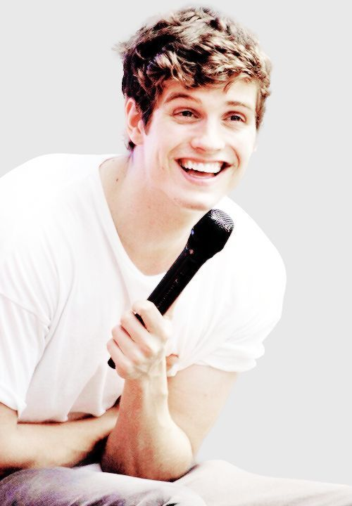 Foto de Isaac sonriendo. Sacada por Nat. Cuando estaba dando un discurso en su antiguo instituto.