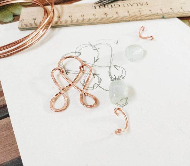 Pause creative dallo studio estivo: orecchini in rame martellato in progress 🙆 #copper #earrings #handmade #hammered #wire  #copper #earrings #handmade #artigianatoitaliano #artigianatoartistico