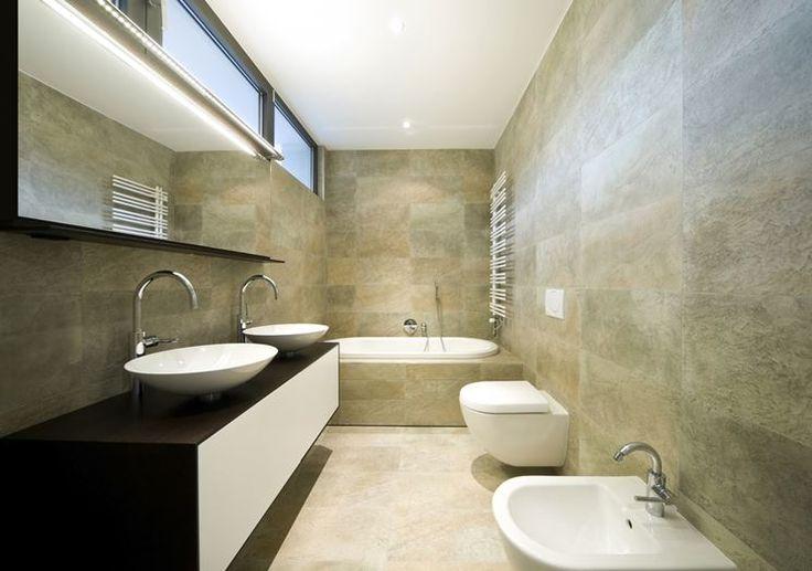 Qualunque sia la forma del bagno è possibile fare un lavoro di rinnovamento a regola d'arte.  Oggi vi diamo alcuni suggerimenti su come ristrutturare un bagno lungo e stretto!
