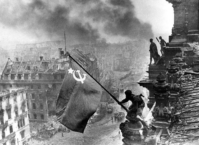 Evgueni Khaldei  Photographe de l'armée rouge. Berlin 2 mai 1945.    Du 20 juin 2005 au 28 août 2005