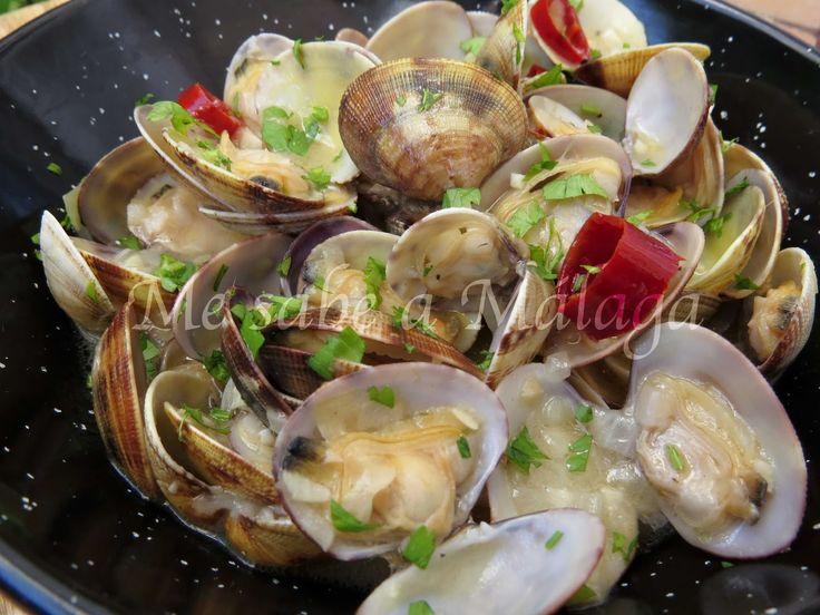 Las almejas en salsa a la malagueña son muy parecidas a la clásica receta de las almejas a la marinera. Hay personas que suelen poner e...