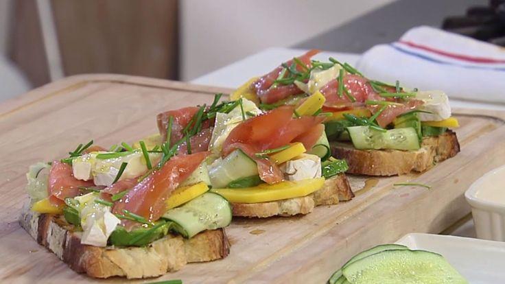 Deliciosa Receta de Tosta o tartine con masa de pan de estilo francés ligeramente tostada acompañada de queso brie, salmón ahumado, aguacate y mango.