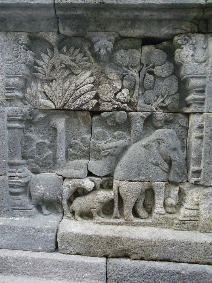Los relieves del templo de Borobudur, Indonesia son considerados los antecedentes den Batik en cuanto a su composición.  (3240×4320)