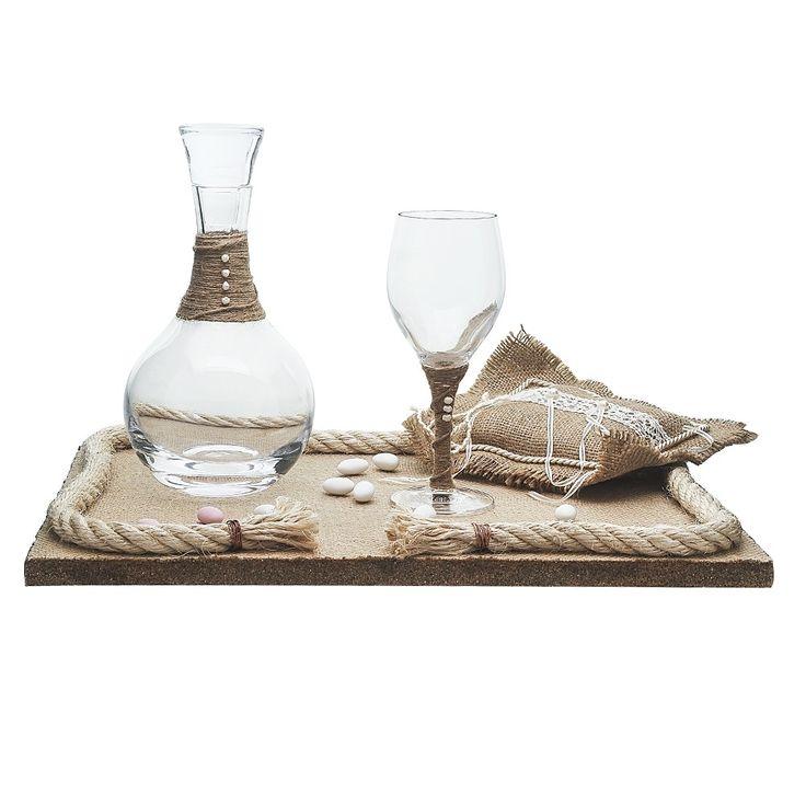 ο σετ γάμου αποτελείται ένα δίσκο επενδεδυμένο με λινάτσα και , μία καράφα κρυστάλλινη οικολογική διακοσμημένη με σπάγγο λινάτσα και μαργαριτάρια και ένα ποτήρι κρασιού, κρυστάλλινο οικολογικό με την ίδια διακόσμηση. Συνδυάστο το με τα στέφανα Ελπίδα και το μαξιλάρακι για τις βέρες.