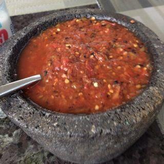 Jitomates y chiles anaheim asados y pelados con un poco de cebolla cabray, cilantro, orégano y un toque de jugo de limón.