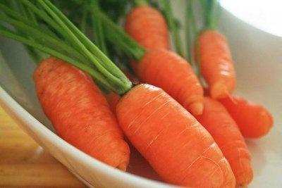 Bronceador casero de zanahoria:    Mezclas 2 cucharadas de aceite de oliva o germen de trigo con 1/8 de litro de zumo de zanahoria y 2 cucharadas de zumo de limón. Esta mezcla guárdala en un frasco de vidrio hermético y agita antes de usarlo.
