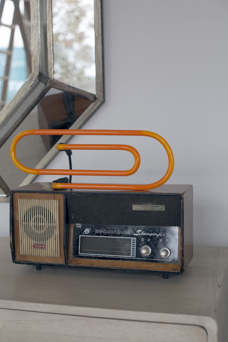 Radio retro con neon clip naranja