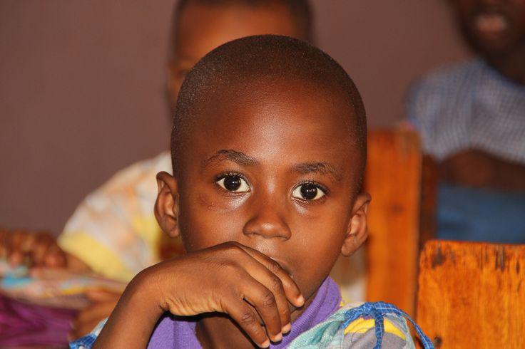 Bild des Monats 3/2017: Malischer Junge blickt dem Fotografen direkt in die Kamera.