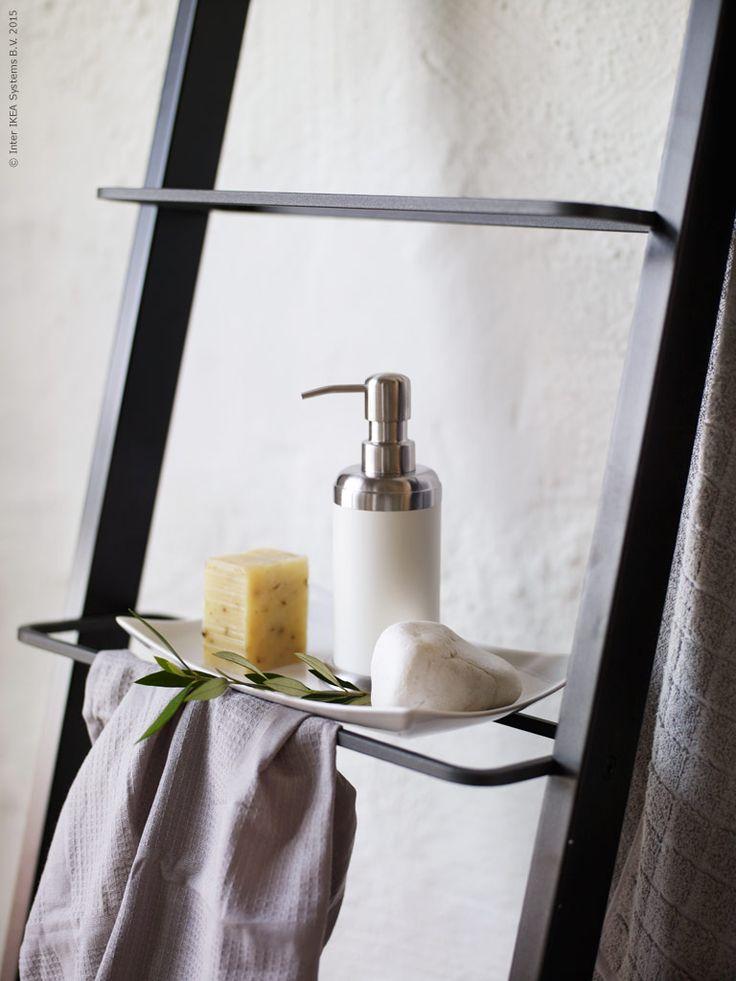 Skapa ett dekorativt sommarstilleben på MYNDIG assiett. MJÖSA tvålpump, IRIS våfflad handduk, ÅFJÄRDEN badlakan.