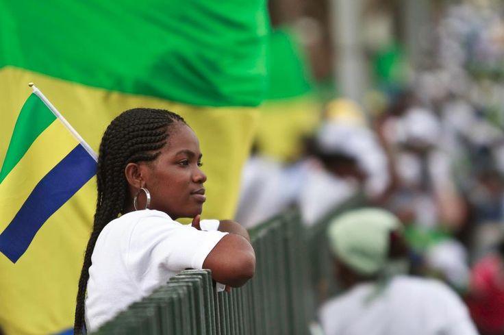 Le drapeau du Gabon.... Le vert représente la forêt. Le jaune représente l'équateur. Le bleu la mer.