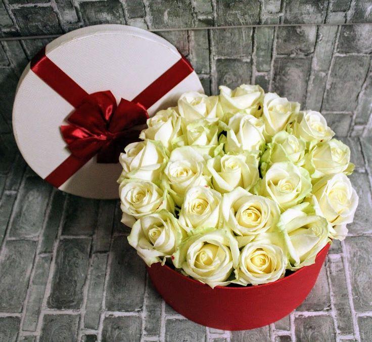 Krabička biele ruže, červená mašľa