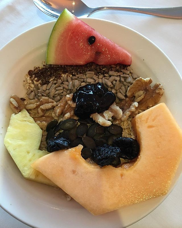Guten morgen 💚😇 We are two hours away from Vienna, and will stay here for two days full of meetings 🖊👔 Breakfast was so tasty and nutrition dense 👌🏼 oats with soy milk, flaxseed, sunflower & pumpkin seed, walnut, dried plum, melon, ananas and a mini slice of water melon 🍉 I also added a spoon of berry jam cause I love them here 😋 I'm ready for the meetings 💪🏼 🍉 Gunaydin 💚 Viyana'ya iki saat uzaklikta bir yere geldik, ormanlarin icinde 🌱 Iki gun burada kalip toplanti yapacagiz…