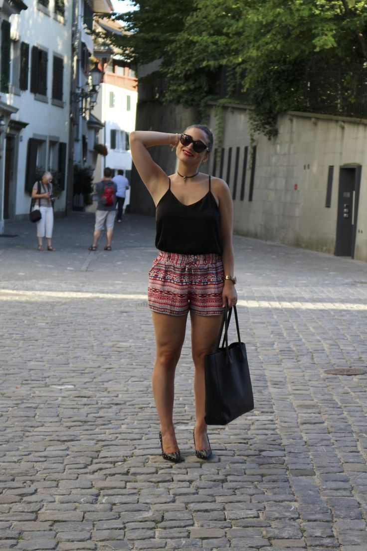Sophisticated summer look with shorts, high heels and red lipstick! #fashion #style #streetstyle #summerstyle #shorts #outfitoftheday #outfitideas #outfitinspiration