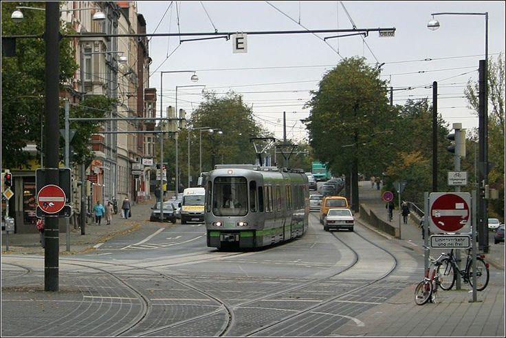 Häufig verkehrt die Stadtbahn Hannover als Straßenbahn in den Straßenfahrbahnen, wie hier die Linie 6 am Engelbosteler Damm. Der Stadtbahnzug kommt gerade die Überführung über die DB-Gleise herunter und wird gleich in die Haltestelle Strangriede einfahren. 2.11.2006 (Matthias)