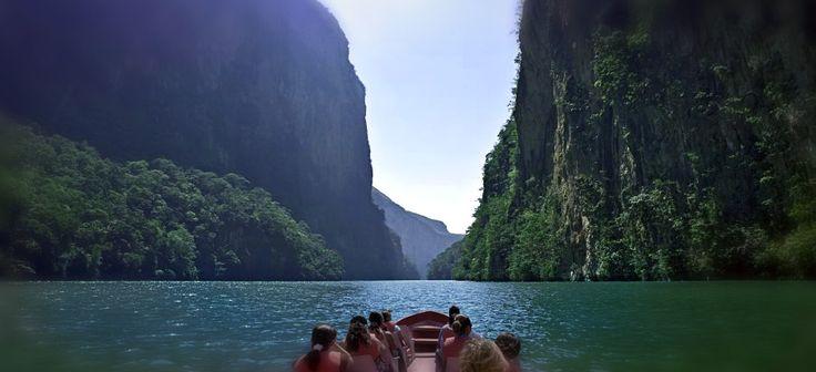 Tópate de frente con la historia en las antiguas ruinas de Palenque, o los edificios coloniales de San Cristóbal. O si prefieres la naturaleza, visita las Cascadas de Agua Azul, experimeta la grandeza del Cañón del Sumidero y de la selva Lacandona