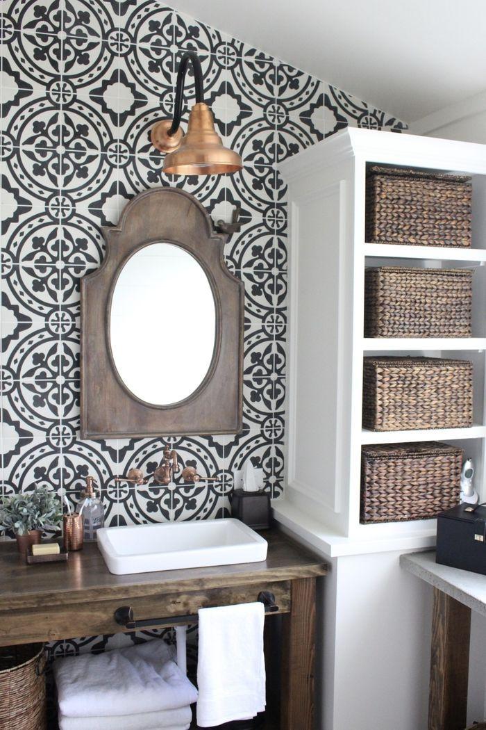 Badezimmer im Landhausstil, Holzmöbel, Rattankörbe, Vintage Spiegel