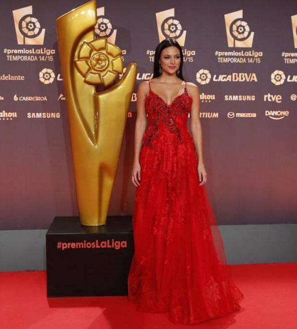 Elisa Mouliaá deslumbra de Yolan Cris Alta Costura en los #premiosLaLiga de La Liga BBVA. Vestido rojo rubí con bordado a mano de coral y piedras semipreciosas en plata envejecida. #redcarpet #alfombraroja #elisamouliaa