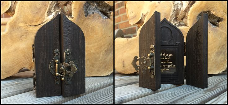 Herdenkingskastje van ebbenhout en messing. Aan de binnenkant ruimte voor as, afgedekt met antiek messing plaatje met gegraveerd gedicht.