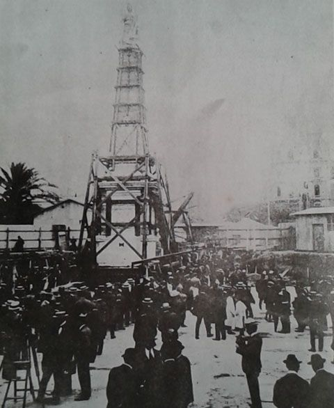 La Pirámide llega a la ubicación que actualmente ocupa. Noviembre 1912