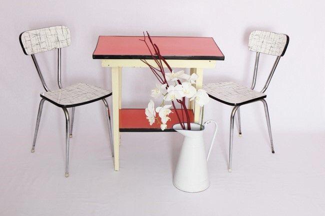 Table des années 50 présentant 2 plateaux couleur framboise et des pieds en bois de couleur jaune.  Idéale en table de cuisine pour 2 personnes ou en bureau.