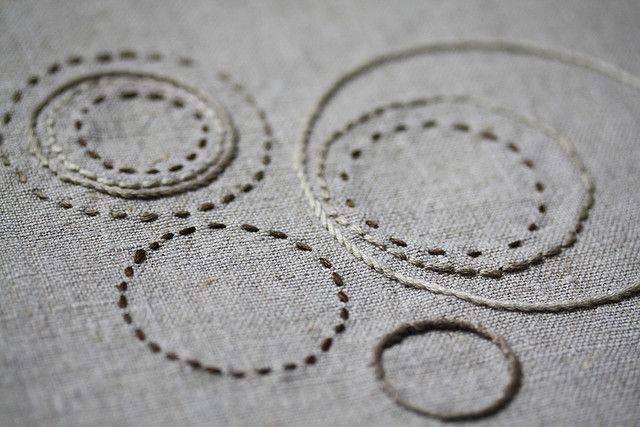 Grey embroidery sample with stitched circular pattern; sewing; textiles design // Zutaten