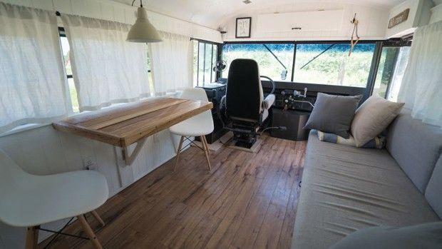 Casal transforma ônibus escolar em 'casa móvel' para viajar pelo mundo