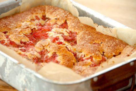 Få den bedste opskrift på kage med rabarber, der laves en hurtig og luftig dej, som tilføres friske rabarberstykker med sukker og kanel. Kage med rabarber er en nem kage, der tager en times tid. Ka…