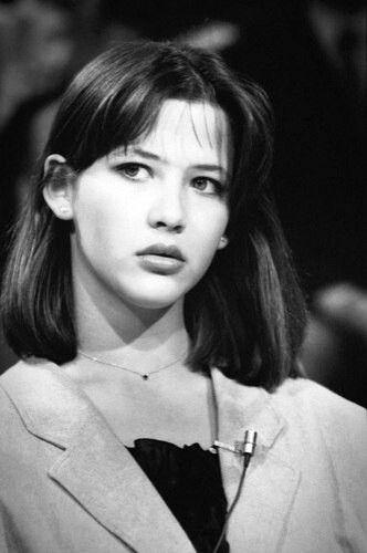 """L'actrice française Sophie Marceau sur le plateau de l'émission """"Le Grand Echiquier"""" de Jacques Chancel le 21 mars 1983 à Paris, France"""