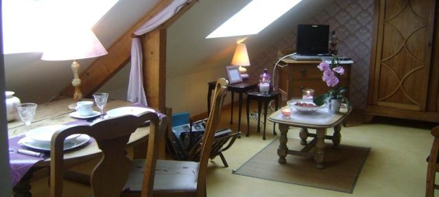 Chambre d'hôtes avec cuisine, Trougabretagne, 22980 Plélan-le-Petit (Cotes-d'Armor) Chambre d'hôtes, unité familiale, gite Chambre d'hôtes : 2 personnes Bonjour, Je vous propose ma magnifique chambre d'hôtes indépendante située à l'étage avec accès par escalier privatif. Décorée avec gout et aux couleurs tendance ,vous serez séduits par sa luminosité, son espace de vie comprenant le lit King size (180 par 200) pouvant se transformer en 2...