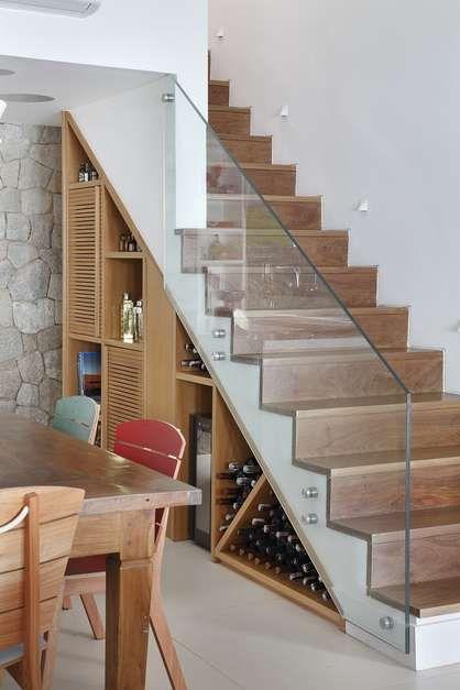 A adega/bar da casa fica no espaço embaixo da escada, no projeto da dupla Carmen Zaccaro e Marise Kessel Foto: MCA Estúdio / Divulgação