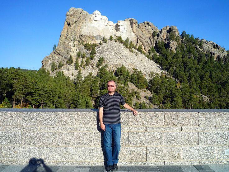 """ФБ """"Boris Pasek"""". В горном массиве Блэк-Хилс, в штате Южная Дакота, расположен Национальный мемориал гора Рашмор (Mount Rushmore). Здесь из гранитной скалы высечены огромные изображения четырех президентов США: Джорджа Вашингтона, Томаса Джефферсона, Авраама Линкольна и Теодора Рузвельта."""