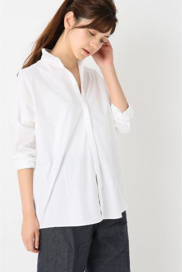 STEPHAN SCHNEIDER オーバーシャツ  STEPHAN SCHNEIDER オーバーシャツ 35640 2016SS FIGARO Paris ベーシックアイテムとして重宝する定番の白シャツ 程よくラフなサイズ感でリラックスした着こなしが叶います 襟を抜いてもきちんと着てもサマになるデザインで大人のカジュアルスタイルに最適です 肌になじむ柔らかい着心地がポイントです STEPHAN SCHNEIDER(ステファン シュナイダー) ユーモアなきファッションは死つまらない日常の中に美を見つけ出すと自ら話すように素朴でいて上品そのエッセンスとしてユニークなものが多く上質且つ独特な素材使いが特徴のブランドです 着る人の個性を大切にしており素材のほとんどを手で裁断するなどハンドメイドにこだわっています 色彩は白グレーのようなモノトーンなものが多くクールなデザインが魅力です モデルサイズ:身長:168cm バスト:75cm ウェスト:58cm ヒップ:85cm 着用サイズ:36