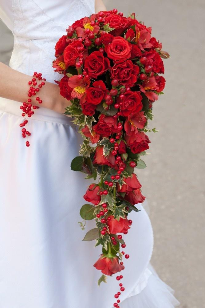 Temperamentvoller Wasserfall-Brautstrauß mit Blumenmix in Rot