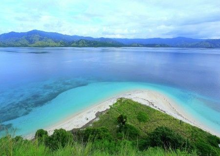 Leonardus Nyoman: White sandy beaches at Rutong island, a part of Riung marine park - Ngada regency. once can spend time by swimming and snorkeling and walk to the hill to see the beautiful see view and Flores main land.