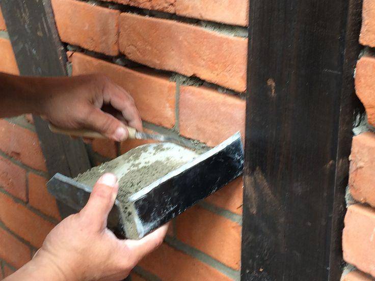Fugowanie muru z cegły