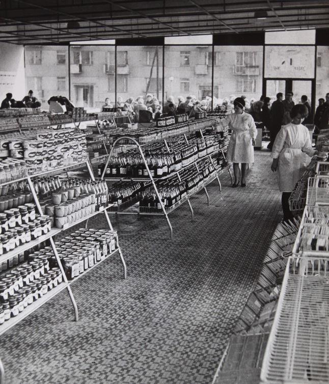 Osiedle Kolorowe. Nowoczesny, spożywczy sklep samoobsługowy. Wnętrze sklepu. Za chwilę wejdą pierwsi klienci.    http://www.facebook.com/jestemzhuty
