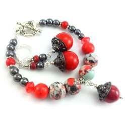 Komplet biżuterii czerwono grafitowy z hematytem, czerwonym howlitem i, koralem howlitem kwiatowym.