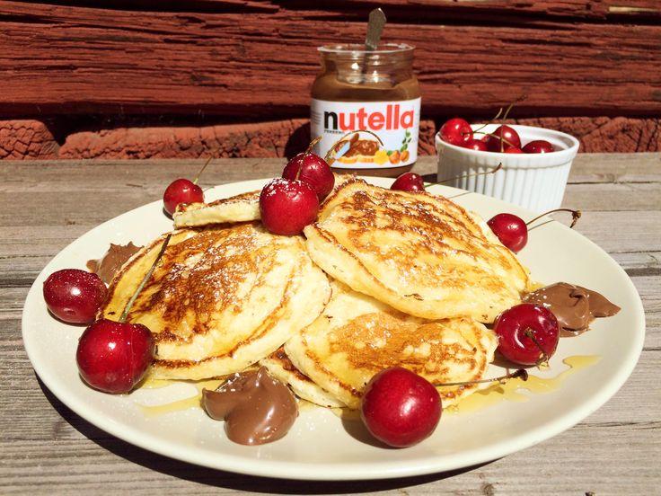 Amerikanska pannkakor eller pancakes är små fluffiga pannkakor som är lite extra söta och goda med socker och smör i smeten. Ät dem till frukost, brunch, fika eller efterrätt, de uppskattas...