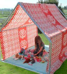 Você pode fazer uma tenda de tecido e cano para que tanto os seus filhos a usem para brincar quanto você, para relaxar e descansar de forma diferente.