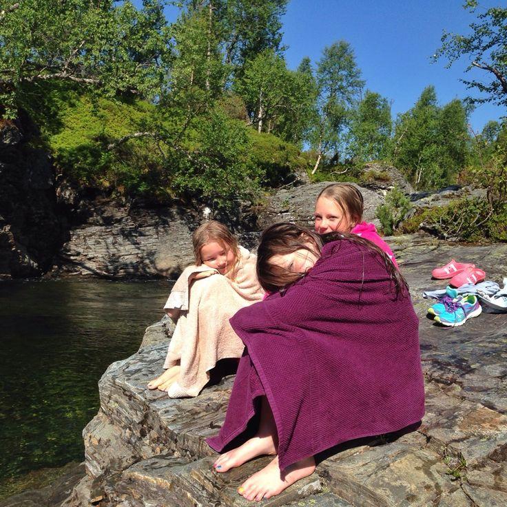 Små og store badenymfer i aksjon før kl 10:30 Dette er sommer på hytta. #detgodehytteliv #trollheimen #nerskogen