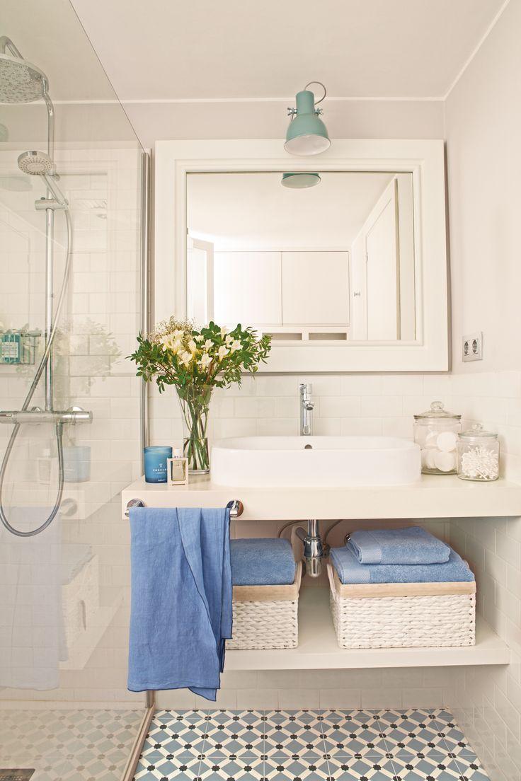 Mueble bajolavabo blanco con baldas, foco verde, mampara y mosaico hidráulico azul y blanco 00413066