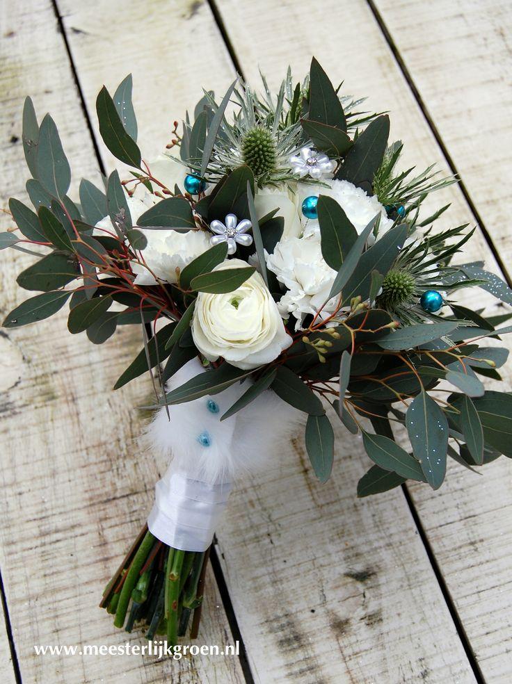 Winters bruidsboeket (hand gebonden) in wit, met zilver, aqua en een bont accent! (fake uiteraard!) Rozen, ranonkel, anjers, distel, eucalyptus. www.meesterlijkgroen.nl