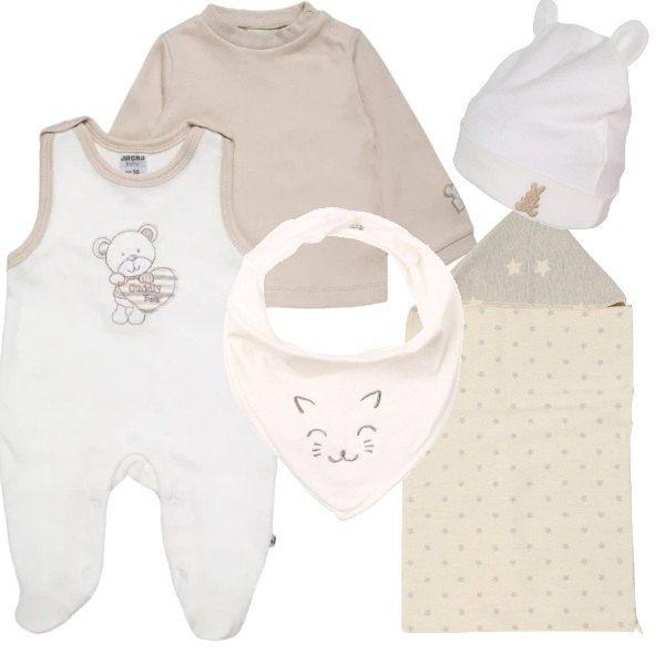 Set nascita bimbo dai toni delicati, composto da tutina bianca e beige con maglietta a maniche lunghe. cappellino bianco, foulard bianco e tappetino per neonato.