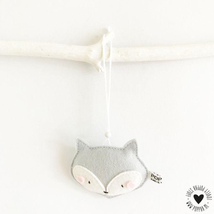 Decoratie Vos grijs hanger Dit lieve vosje in grijs is handgemaakt. Je kunt er hartstikke leuk je kamer mee decoreren, ook als kast - of deurhanger heel erg mooi. Leuk om te combineren met de vosjes slinger! Hanger en slinger zijn ook verkrijgbaar in zacht roze en mintgroen. Materiaal: 100% wolvilt Afmeting: vosje is ± 8 cm breed Lengte van de hanger is ± 15 cm Let op: dit is géén speelgoed!